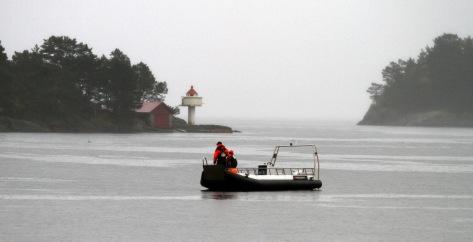 Her holder brannvesenet på med å få tak i tauet som lå og fløt. FOTO: Jan Petter Svendal