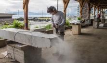 Kang Seok Won fra Korea var den første som kom i gang med å skjære i steinen mandag.