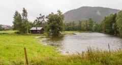 Hytten ved Flaterås har fått vannet helt opp i hagen. FOTO: Jan Petter Svendal