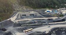 Rådal mot øst - tunnelportaler på Lyshorntunnelen og ny Osbanebru er ferdig støpt og forblendet med naturstein