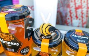 Evas mat er på plass med blant annet honning, oljer og oliven fra Spania.