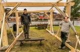 Fra venstre, lærling Fredrik Meier og båtbygger Stig Salbu Henneman